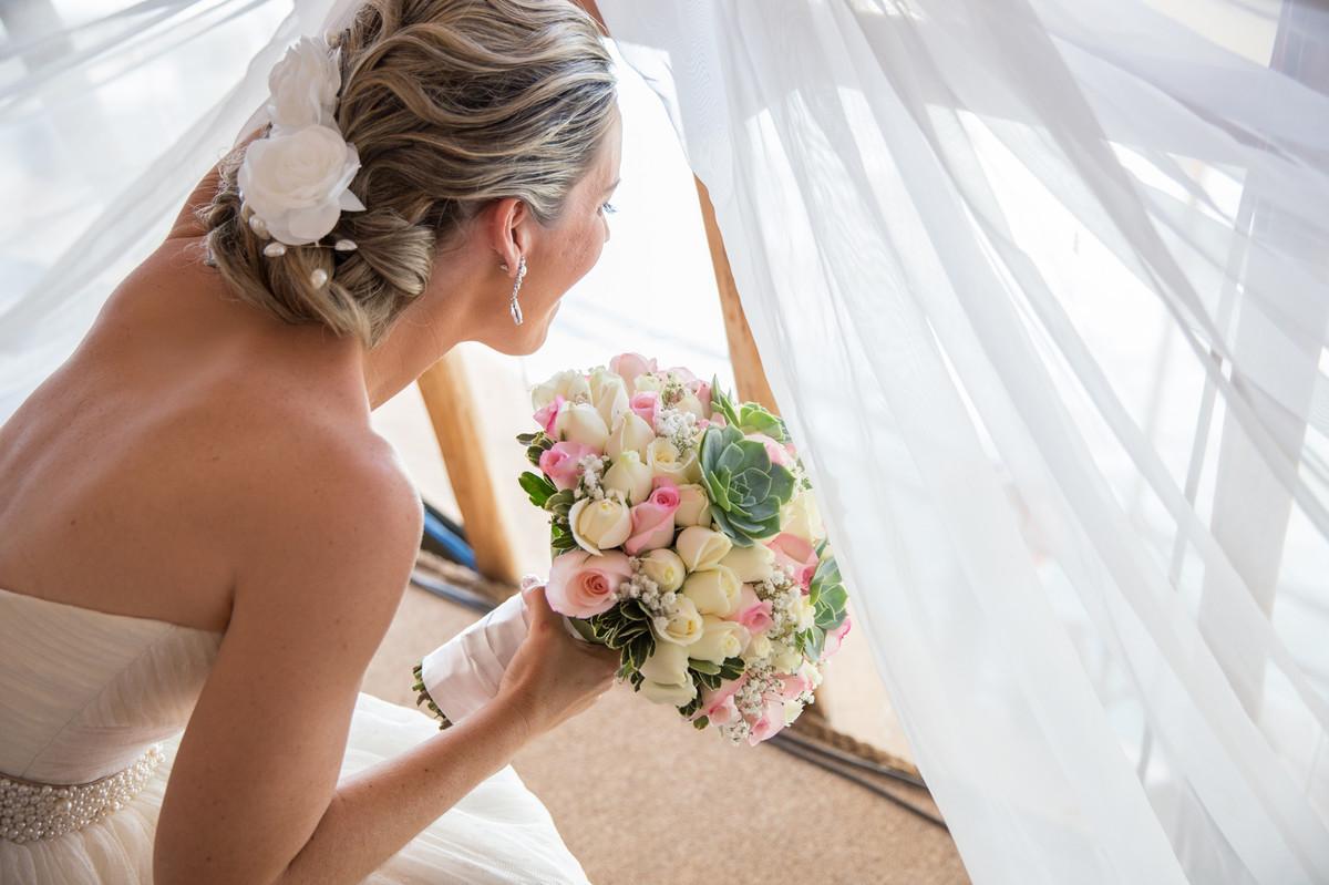 Noiva Ana espiando a movimentação de seu casamento