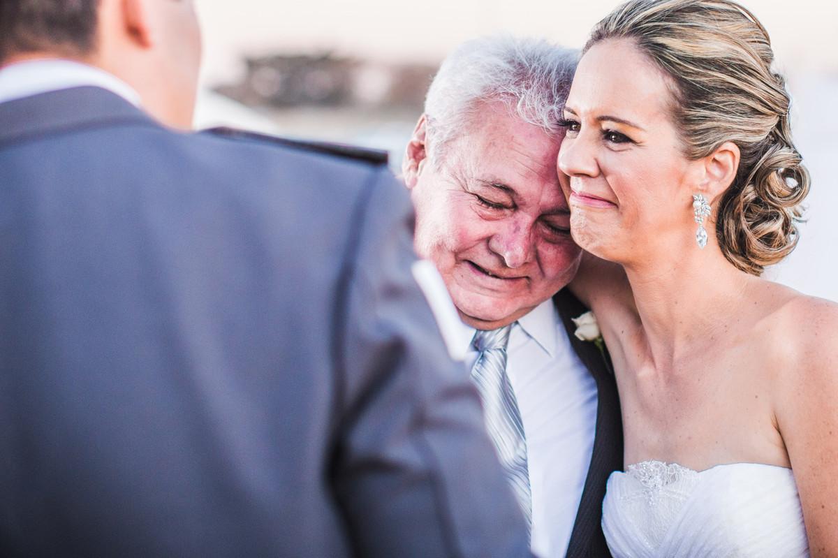 Noiva chorando com seu pai em cerimônia de casamento