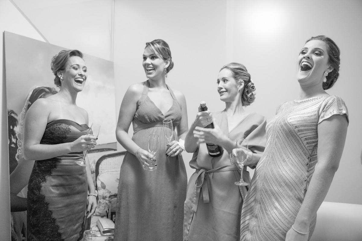 Brinde da noiva Ana com suas madrinhas durante making of do seu casamento feito pelo fotógrafo Rafael Ohana em Brasília-DF