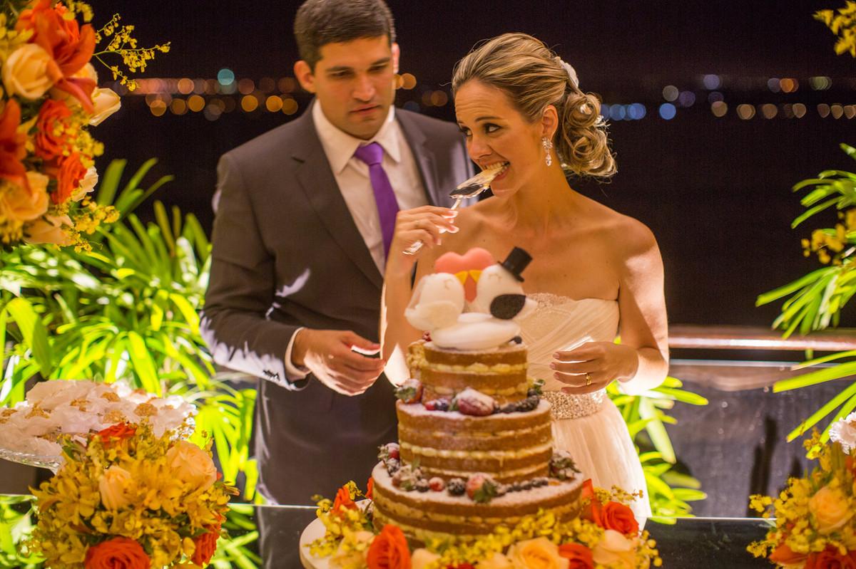 Corte do bolo de casamento pelos noivos Ana e Celo