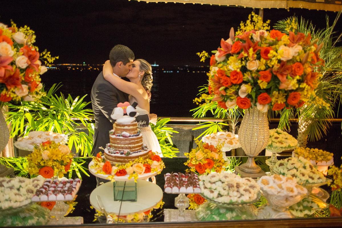 Beijo apaixonado dos noivos ana e celo