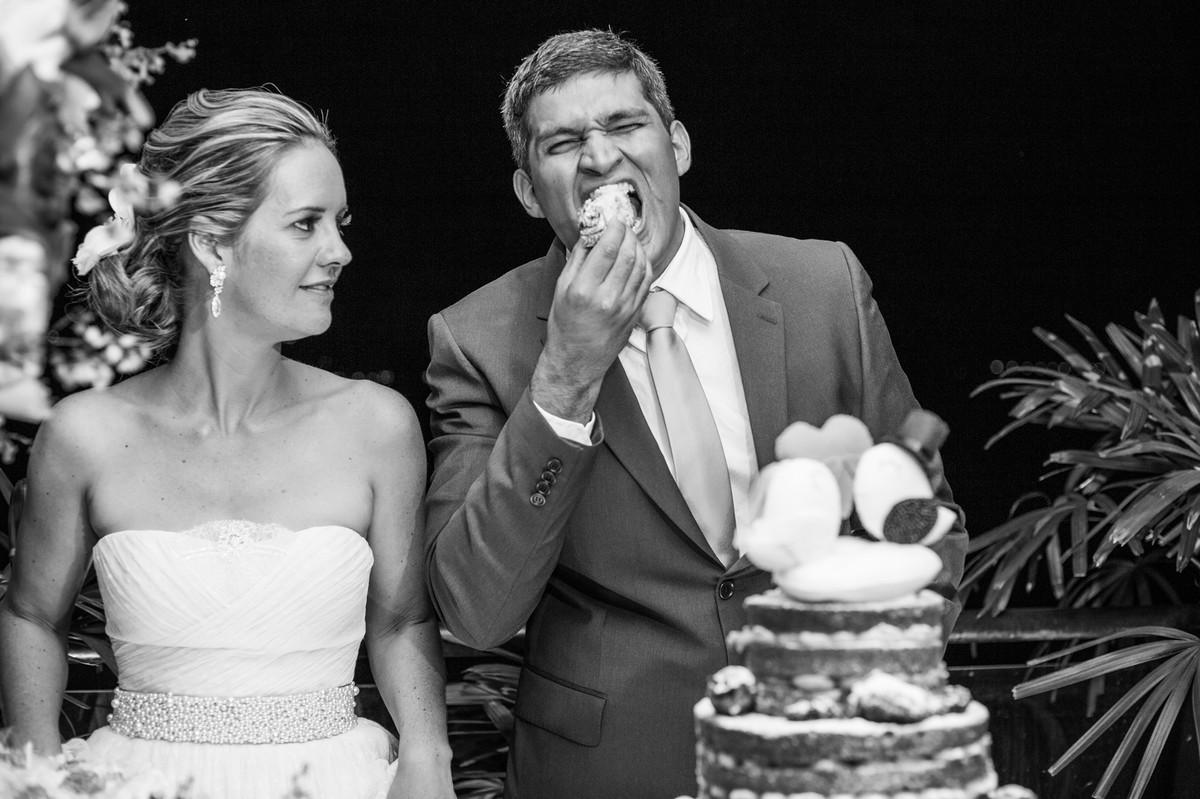 Noivo comendo bolo de maneira engraçada