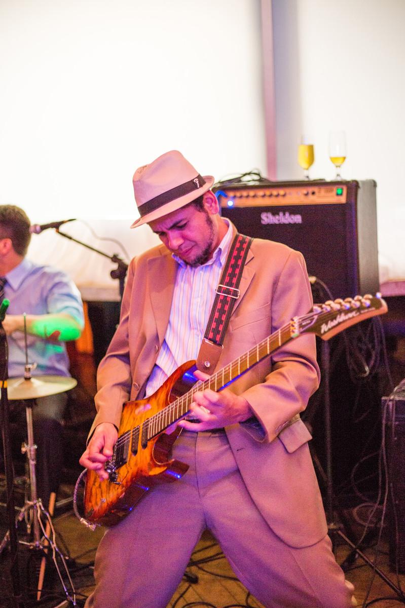 Músico tocando guitarra em festa de casamento