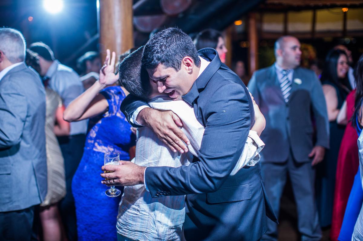 Noivo emocionado em sua festa de casamento