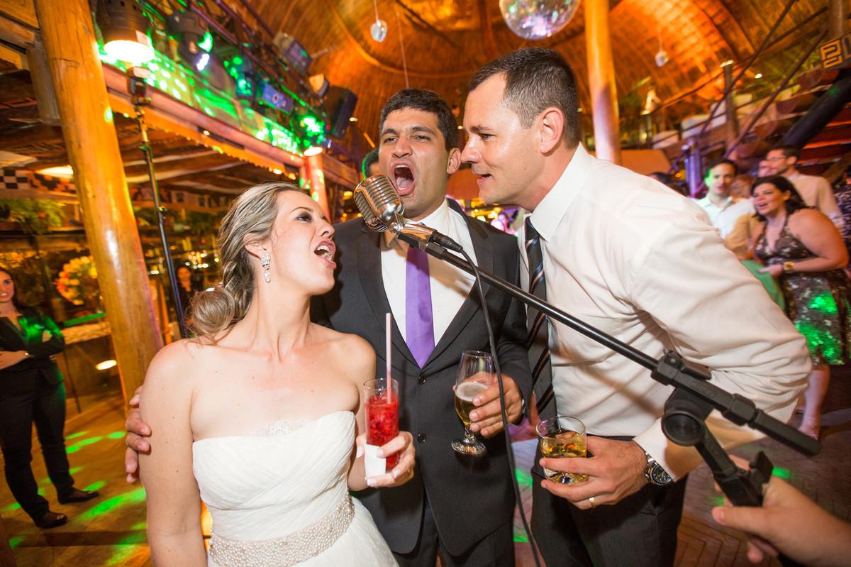noivos cantando juntos na festa de casamento