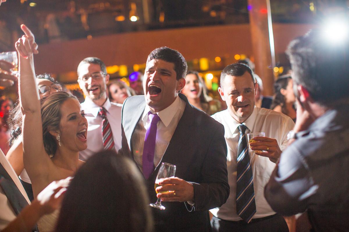noivo se divertindo em sua festa de casamento