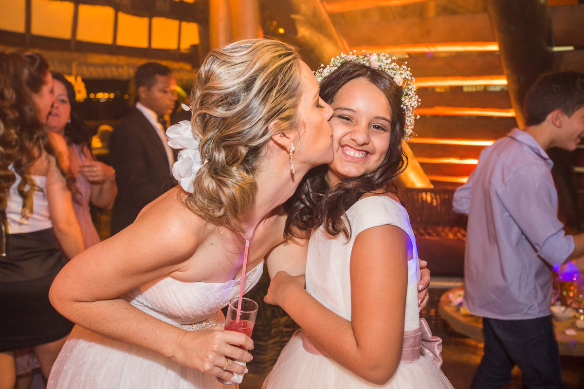 noiva beijando sua filha em festa de casamento