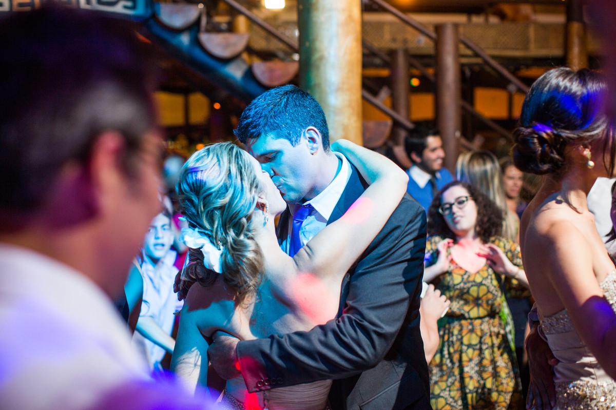 beijo apaixonado dos noivos ana e celo durante recepção do casamento feito pelo fotógrafo de casamento Rafael Ohana em Brasília-DF