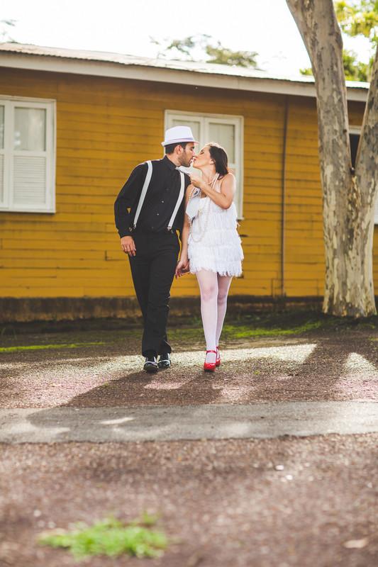 Ensaio de casal no estilo máfia feito pelo fotógrafo de casamentos de Brasília-DF. Noiva puxando a gravata do noivo.