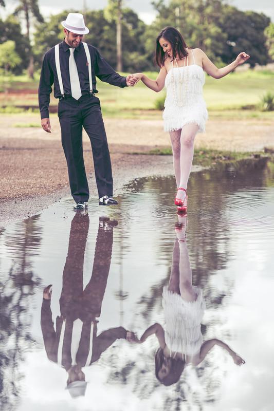 Ensaio de casal no estilo máfia feito pelo fotógrafo de casamentos de Brasília-DF. Poça de água.