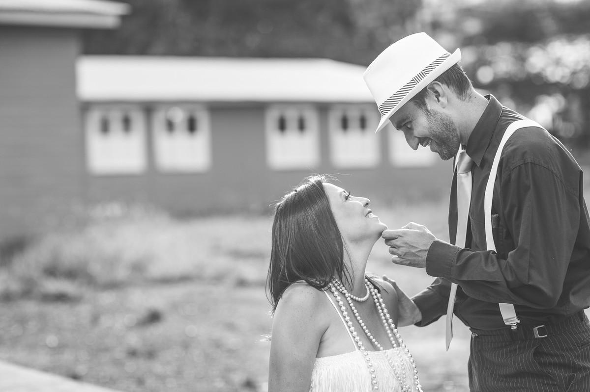 Ensaio de casal no estilo máfia feito pelo fotógrafo de casamentos de Brasília-DF