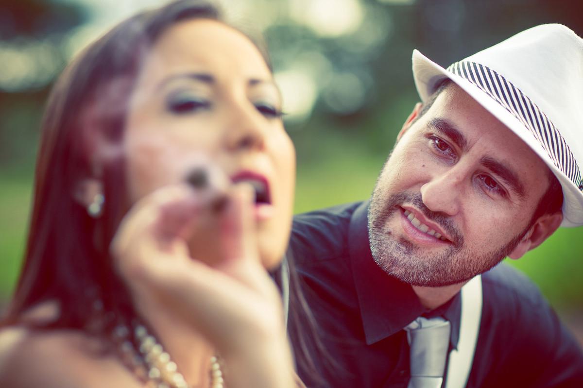 Ensaio de casal no estilo máfia feito pelo fotógrafo de casamentos de Brasília-DF. Noiva fumando charuto.