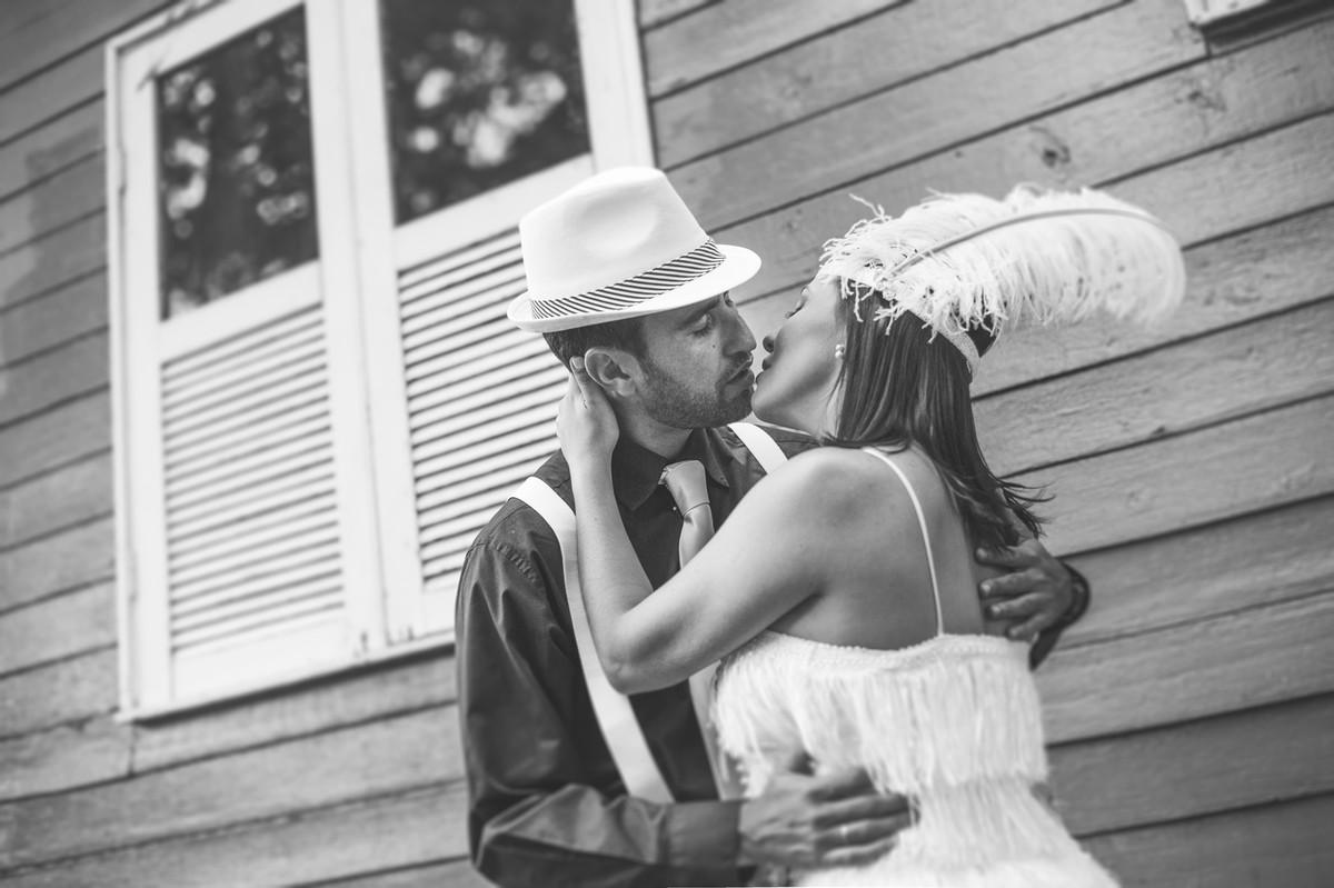 Ensaio de casal no estilo máfia feito pelo fotógrafo de casamentos de Brasília-DF. Noivos se beijando.