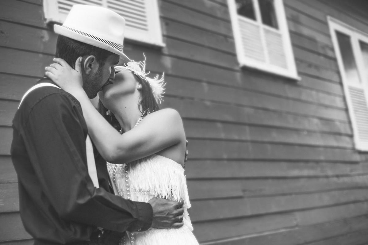 Ensaio de casal no estilo máfia feito pelo fotógrafo de casamentos de Brasília-DF. Noivos se beijando