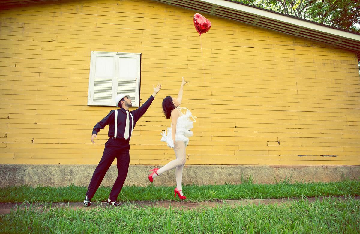 Ensaio de casal no estilo máfia feito pelo fotógrafo de casamentos de Brasília-DF. Balão voando.