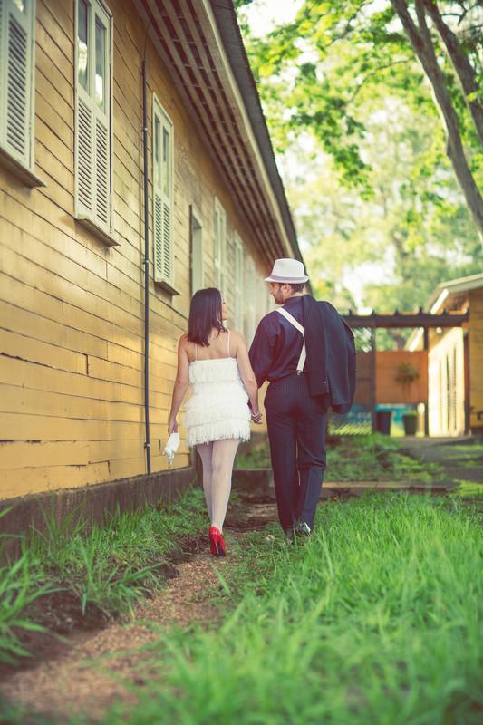 Ensaio de casal no estilo máfia feito pelo fotógrafo de casamentos de Brasília-DF. Casal andando.