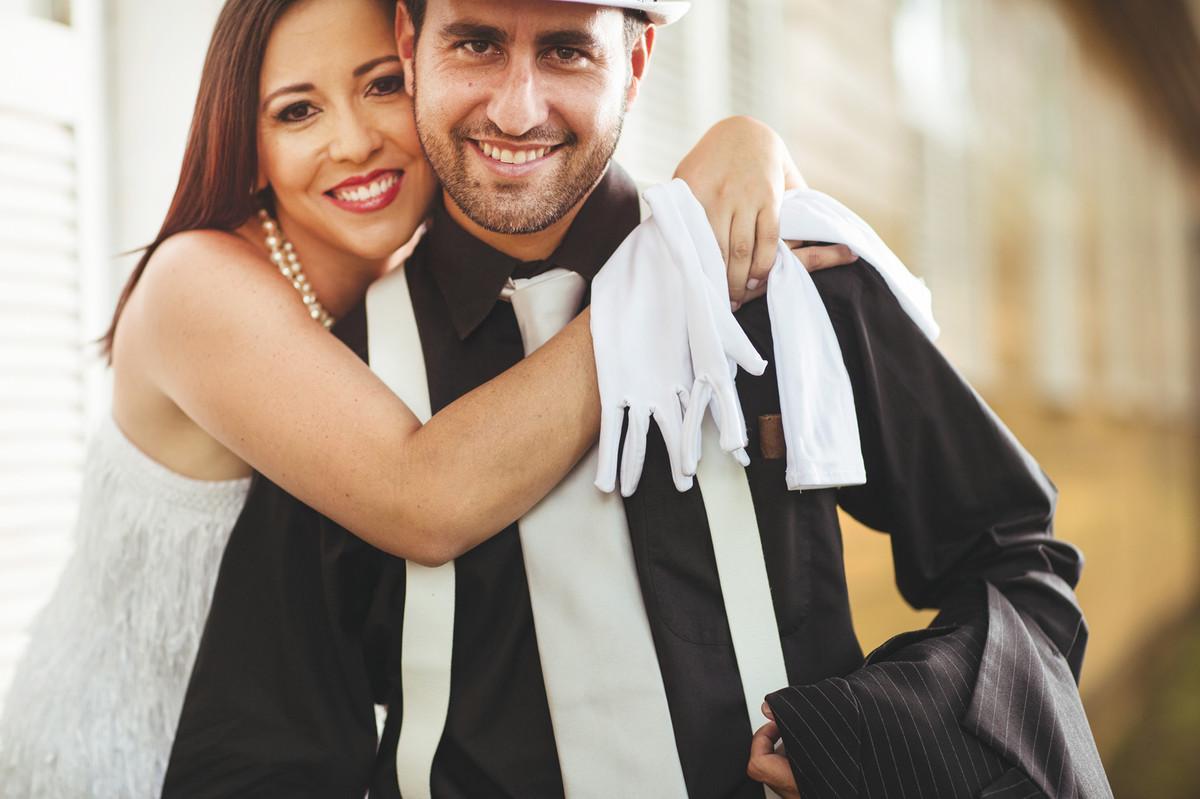 Ensaio de casal no estilo máfia feito pelo fotógrafo de casamentos de Brasília-DF. Casal abraçado.