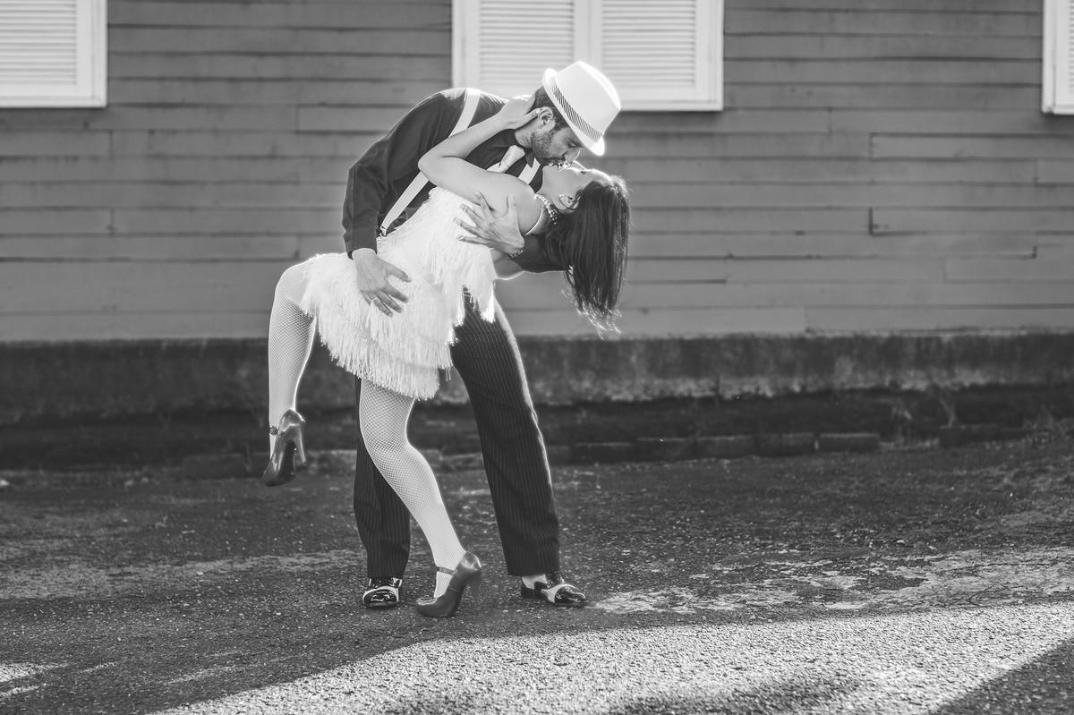 Ensaio de casal no estilo máfia feito pelo fotógrafo de casamentos de Brasília-DF. Casal beijando no estilo Cartier Bresson