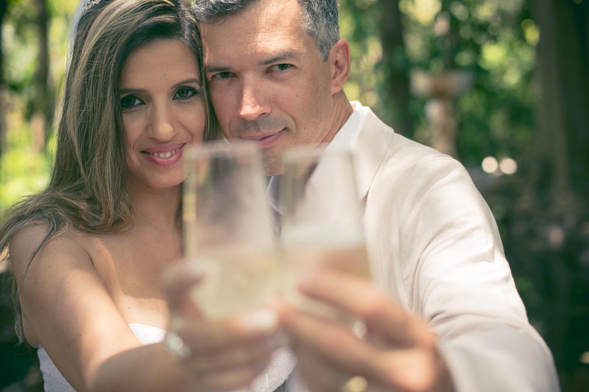 fotografias de casamento feitas pelo fotógrafo Rafael Ohana em Brasília-DF no Espaço Florativa. brinde dos noivos