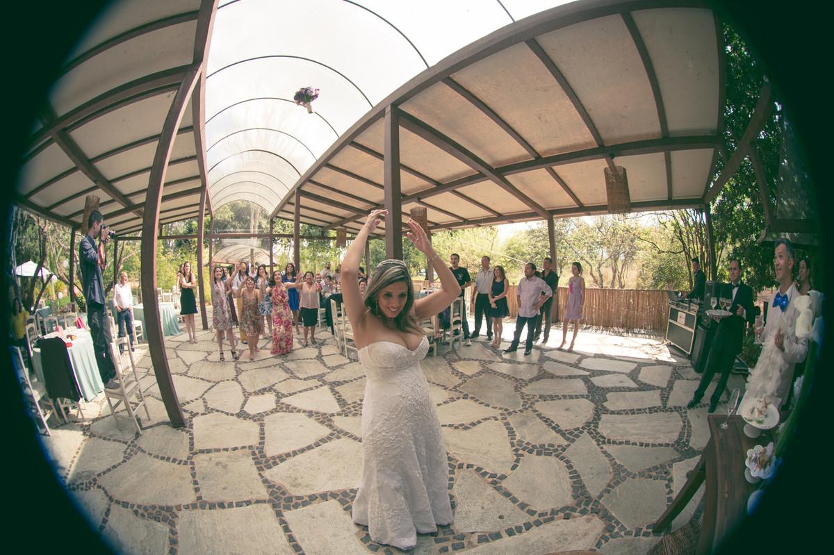 fotografias de casamento feitas pelo fotógrafo Rafael Ohana em Brasília-DF no Espaço Florativa. noiva jogando o buquê