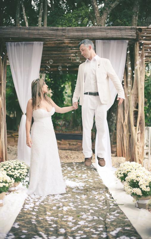 fotografias de casamento feitas pelo fotógrafo Rafael Ohana em Brasília-DF no Espaço Florativa. Noivo flutuando