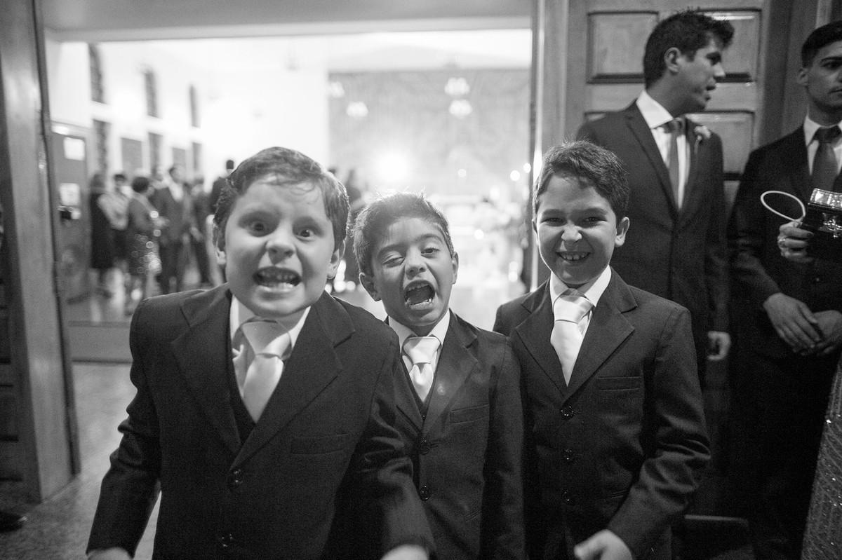 crianças fazendo careta no casamento