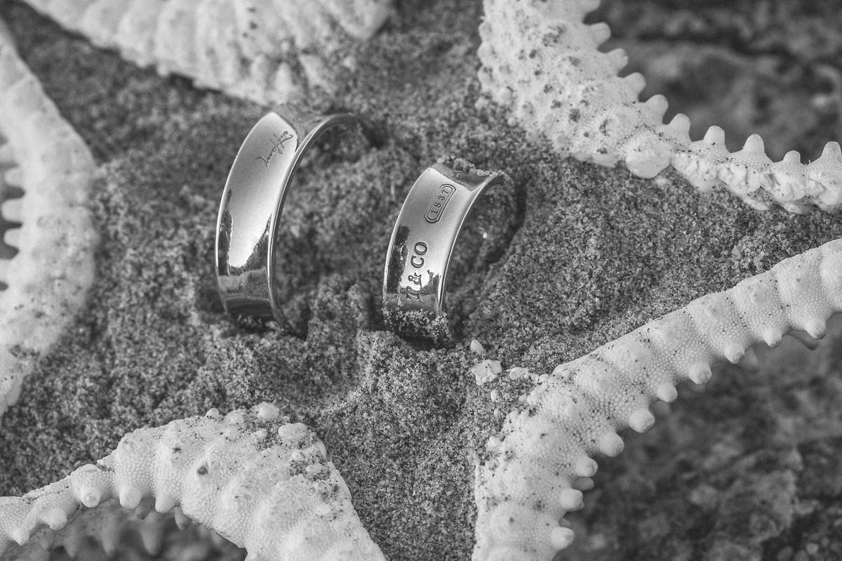 Alianças de noivado em uma estrela do mar