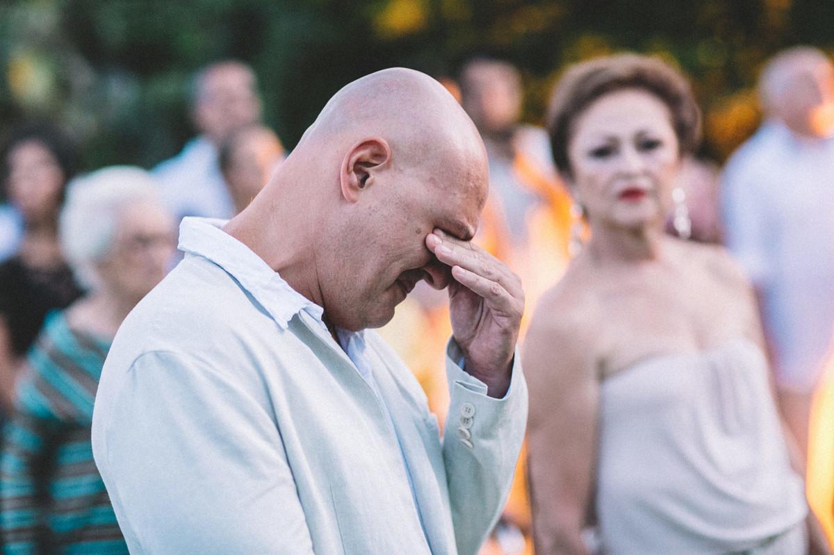 Noivo emocionado em casamento em Búzios-DF