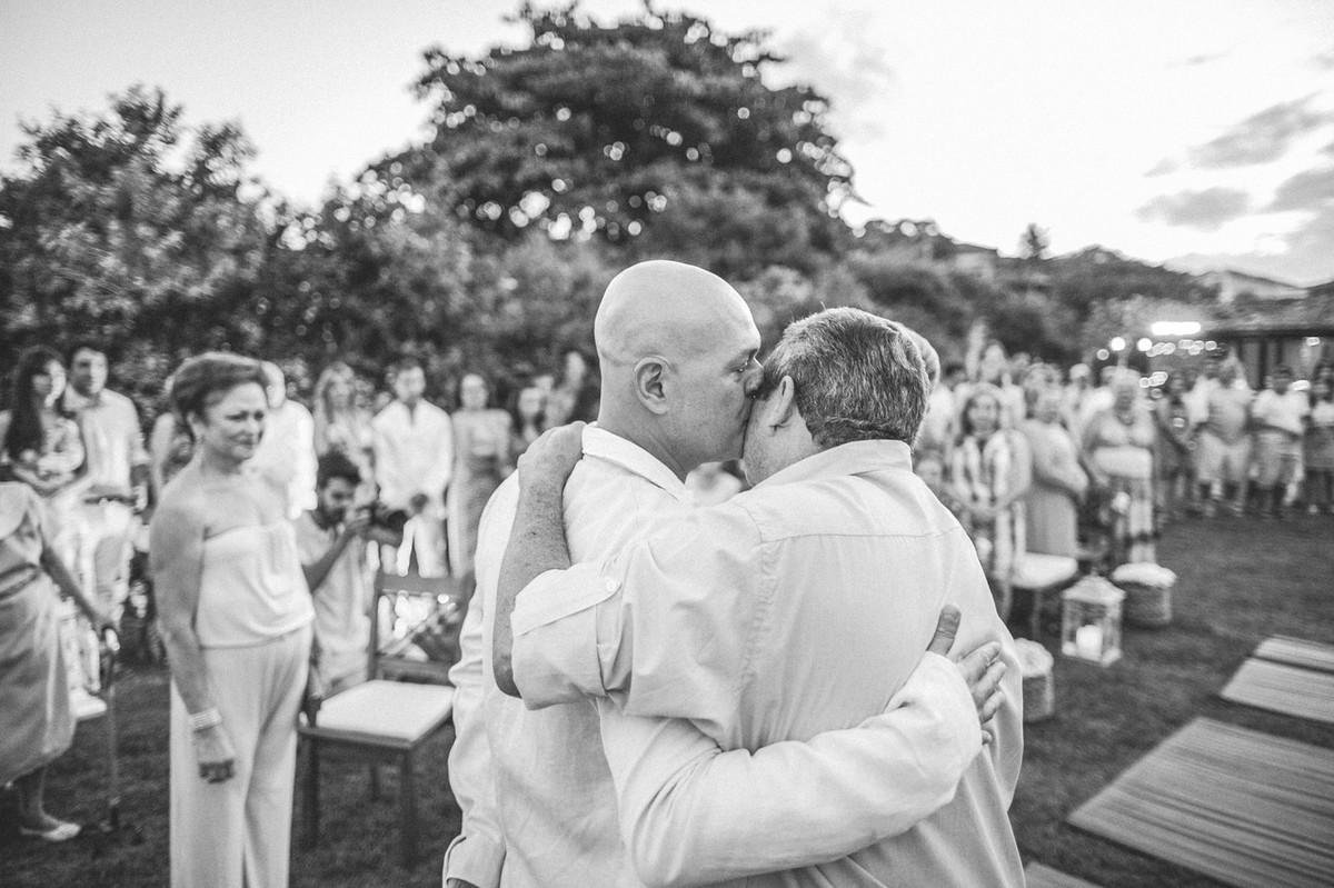 Noivo cumprimentando o pai da noiva em casamento em Búzios-RJ