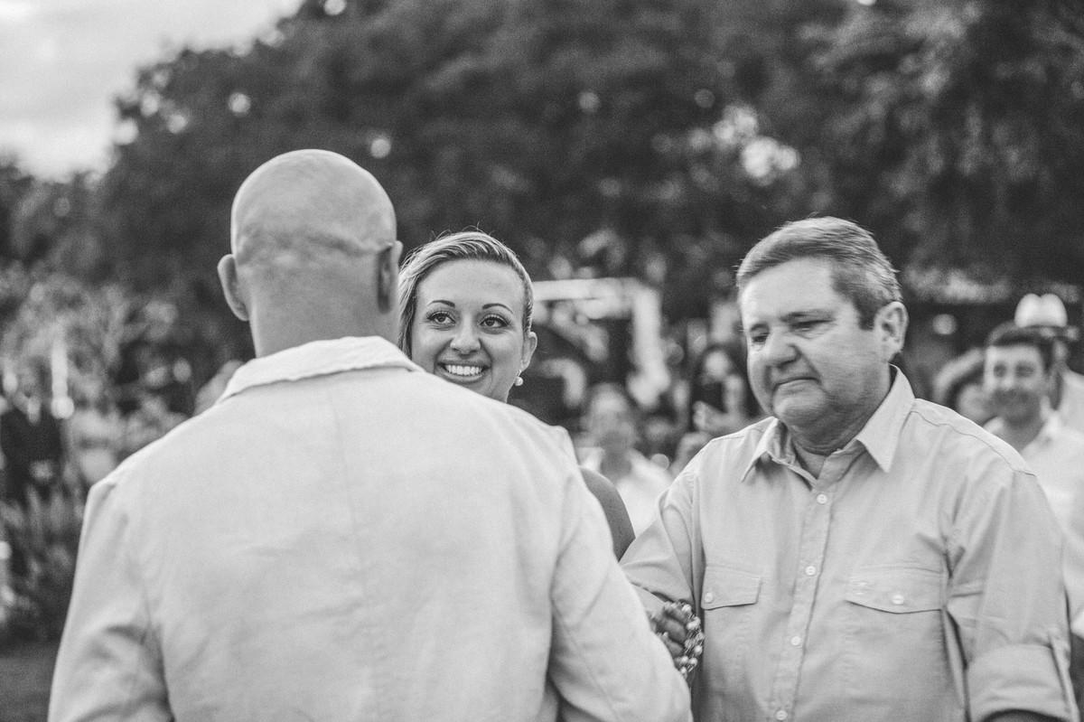 Noivo cumprimentando o a noiva em casamento em Búzios-RJ