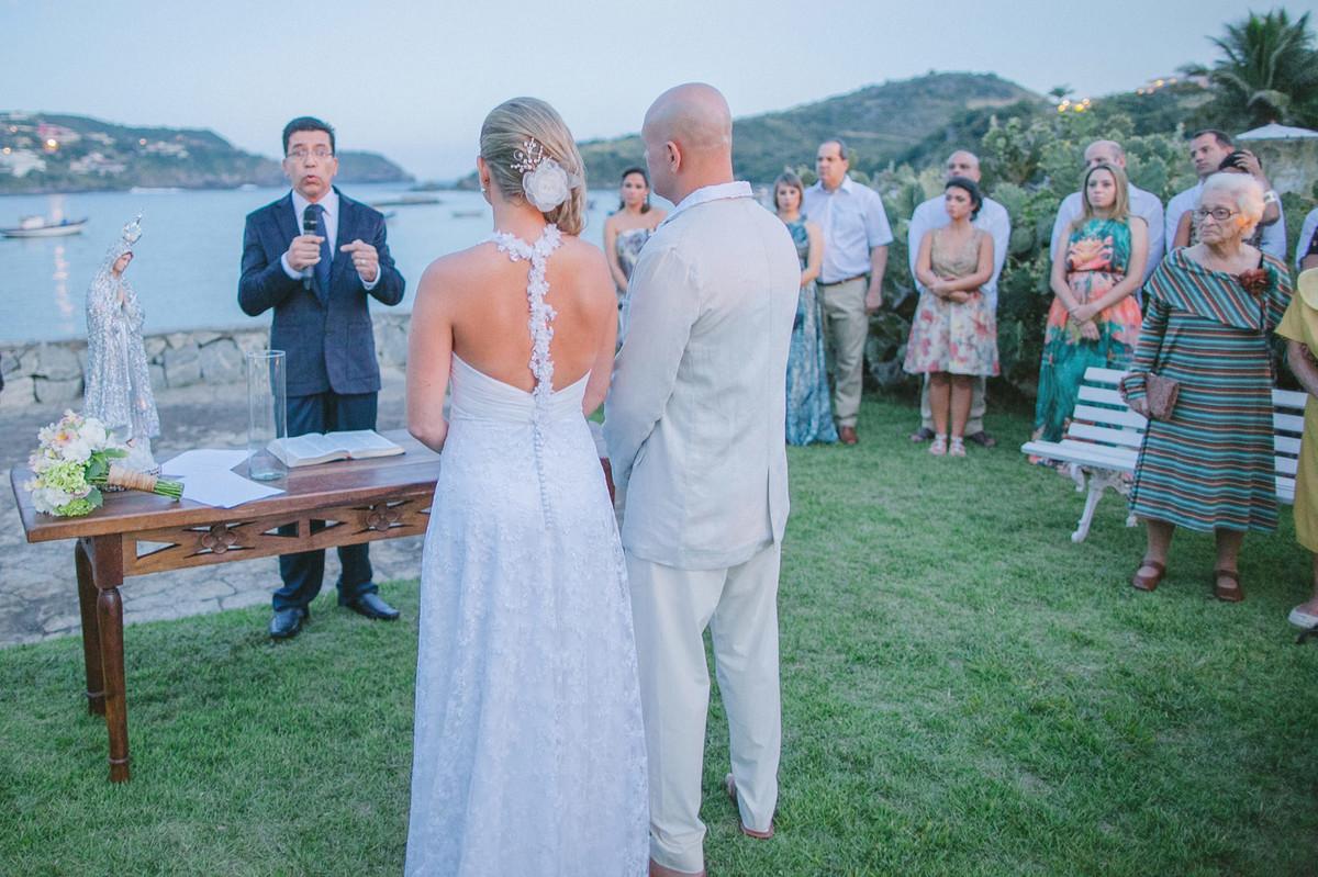 Noivos em casamento em Búzios-RJ