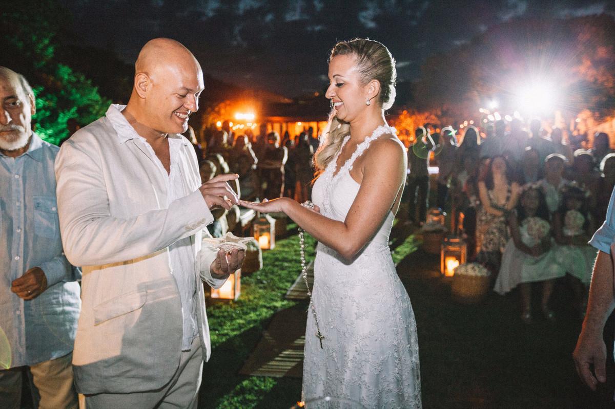 Noivos trocando alianças em casamento em Búzios-RJ