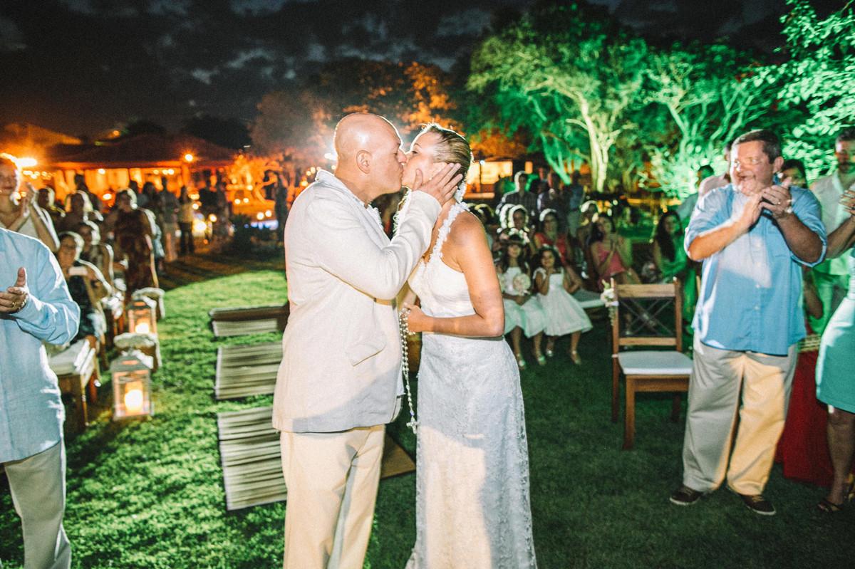 Noivos se beijando em casamento em Búzios-RJ