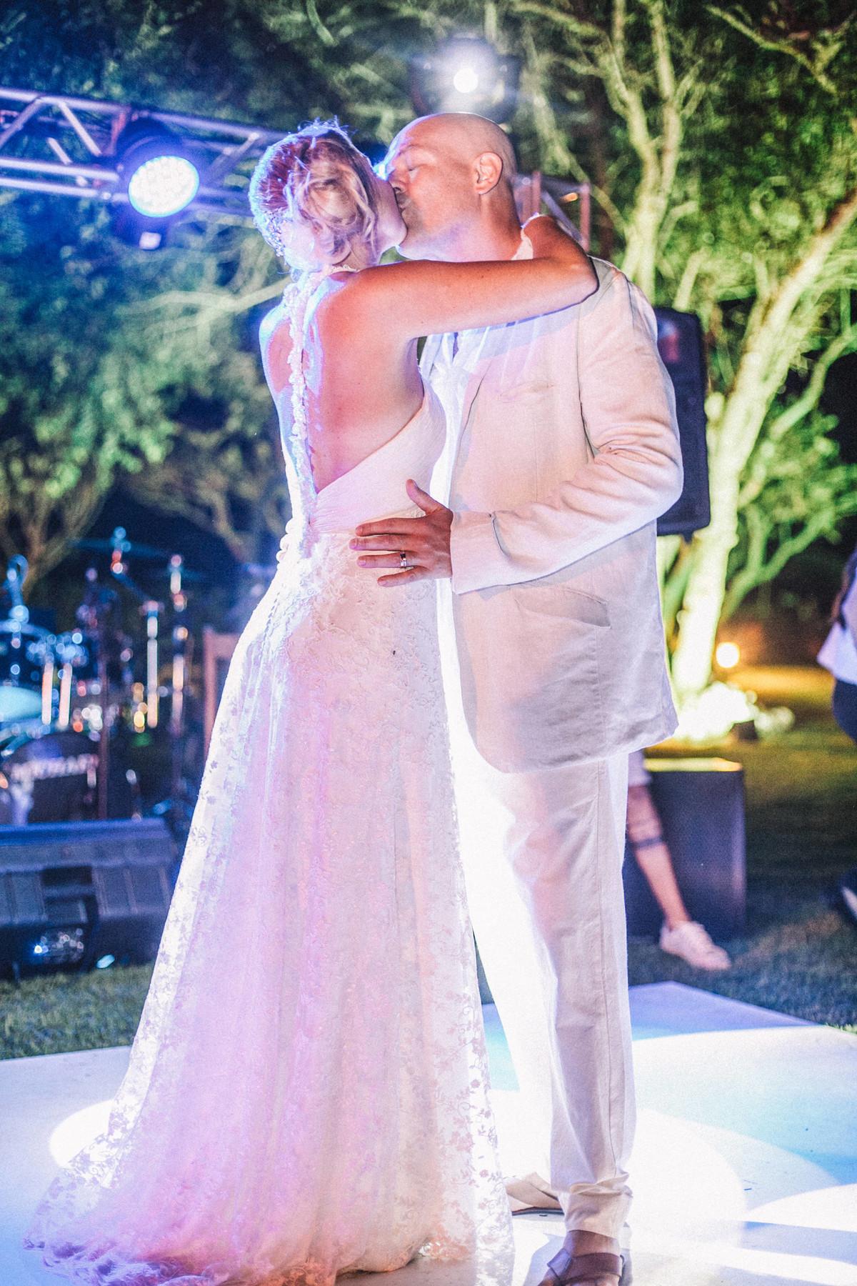 Noivos se amando em casamento em Búzios-RJ