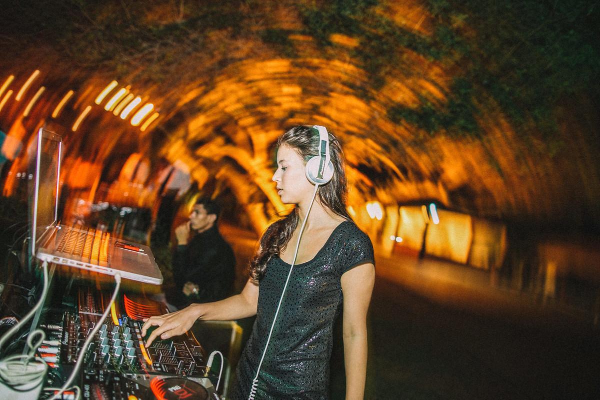 DJ Francesca Sardi tocando um som em casamento em Buzios-RJ