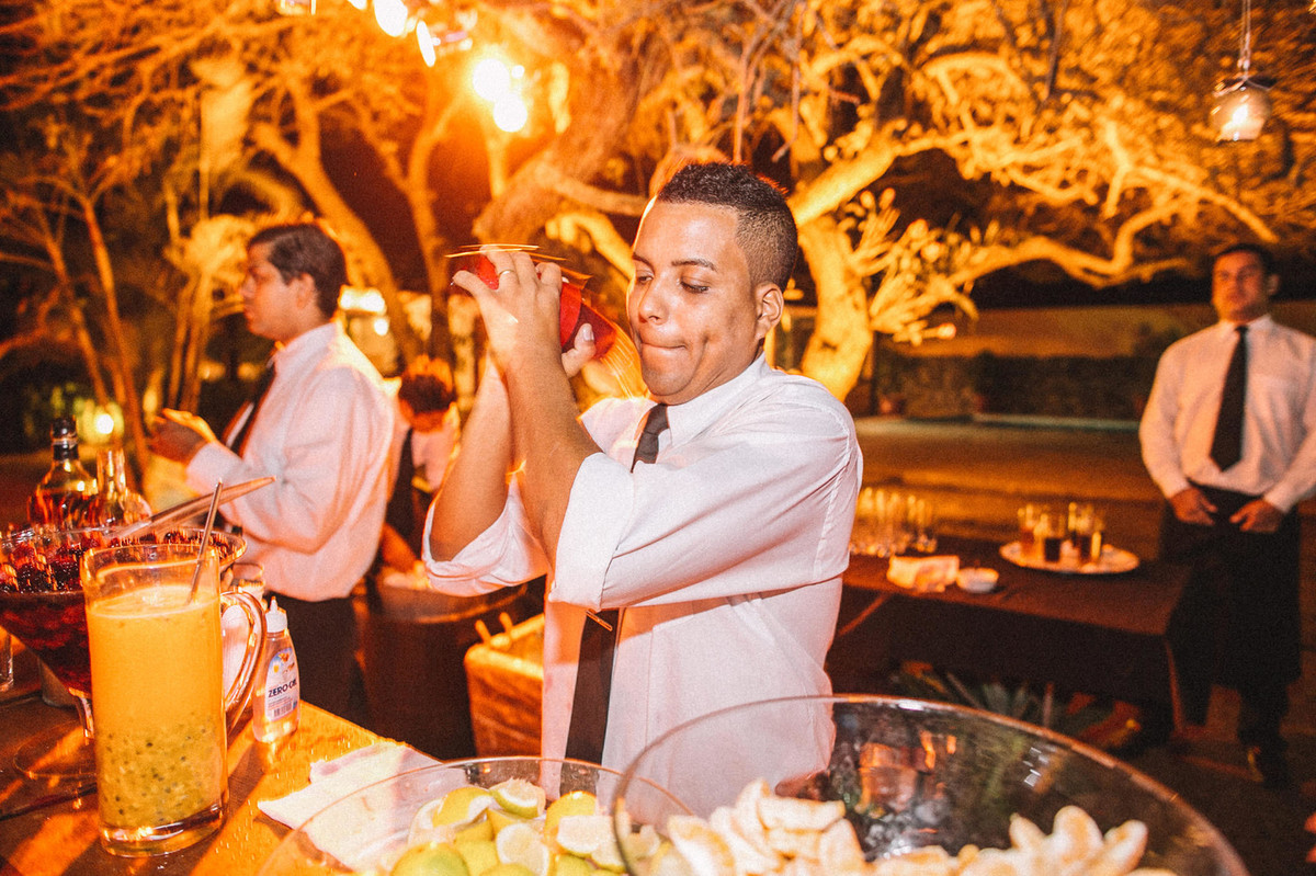 Barman fazendo drinks em casamento em Búzios-RJ