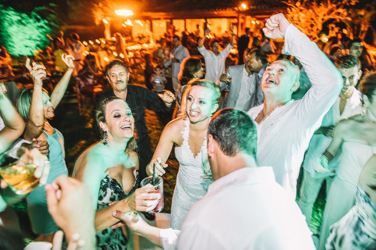 Noivos curtindo o casamento em Búzios-RJ