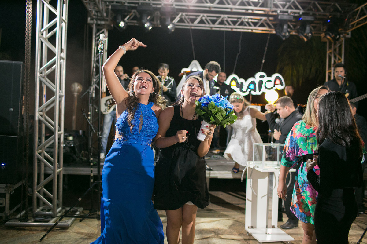convidada comemorando a conquista gloriosa do buque da noiva  www.rafaelohana.com