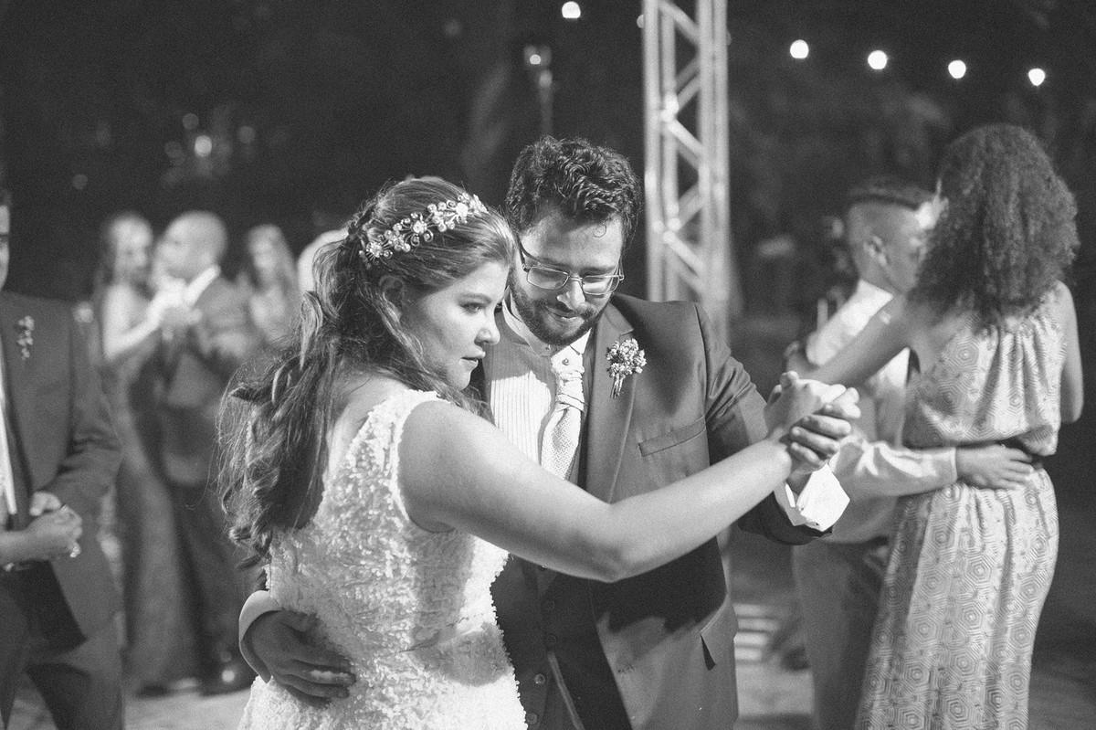 casal dançando lindamente em seu casamento  www.rafaelohana.com