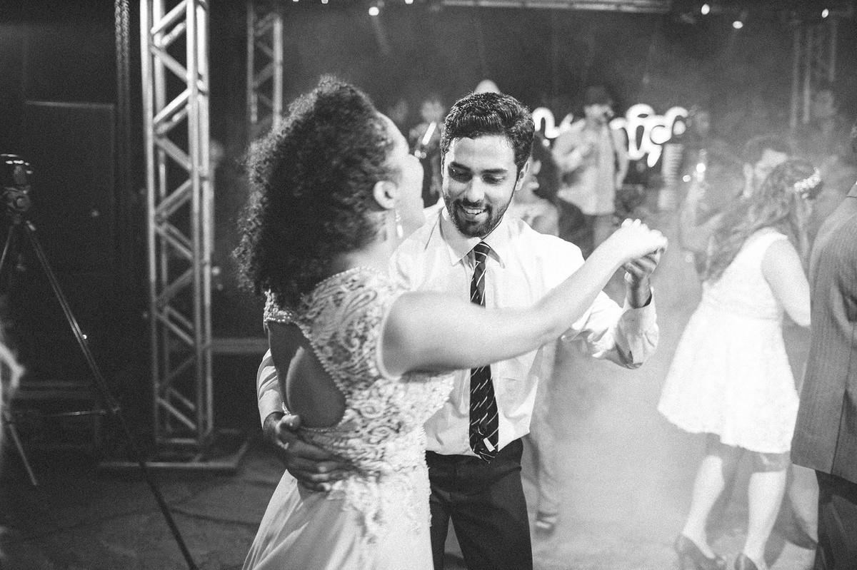 casal dançando em casamento casal dançando lindamente em seu casamento  www.rafaelohana.com