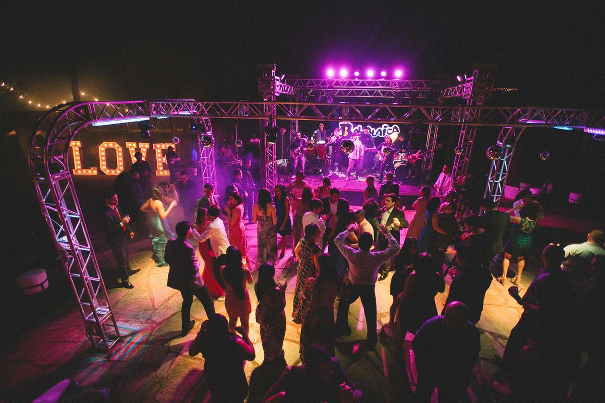 banda de forró balalaica casal dançando lindamente em seu casamento  www.rafaelohana.com