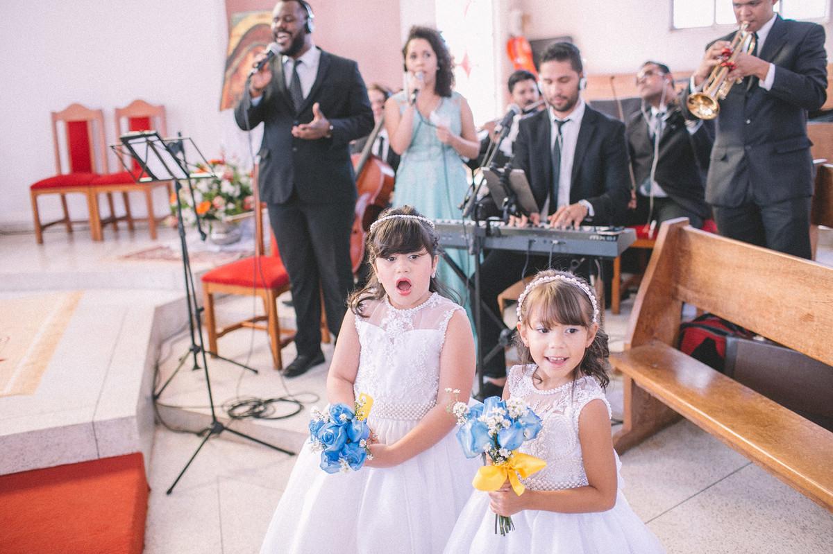 daminhas de casamento vendo a noiva entrar na igreja  www.rafaelohana.com