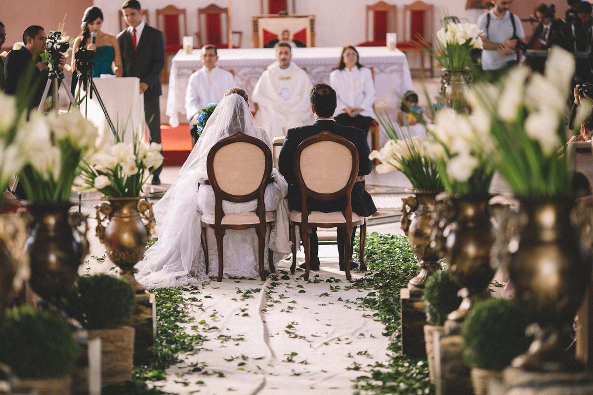 noivos sentados na igreja  www.rafaelohana.com