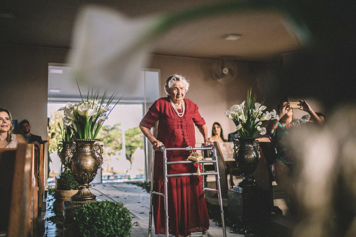 vó do noivo entrando na igreja com as alianças  www.rafaelohana.com