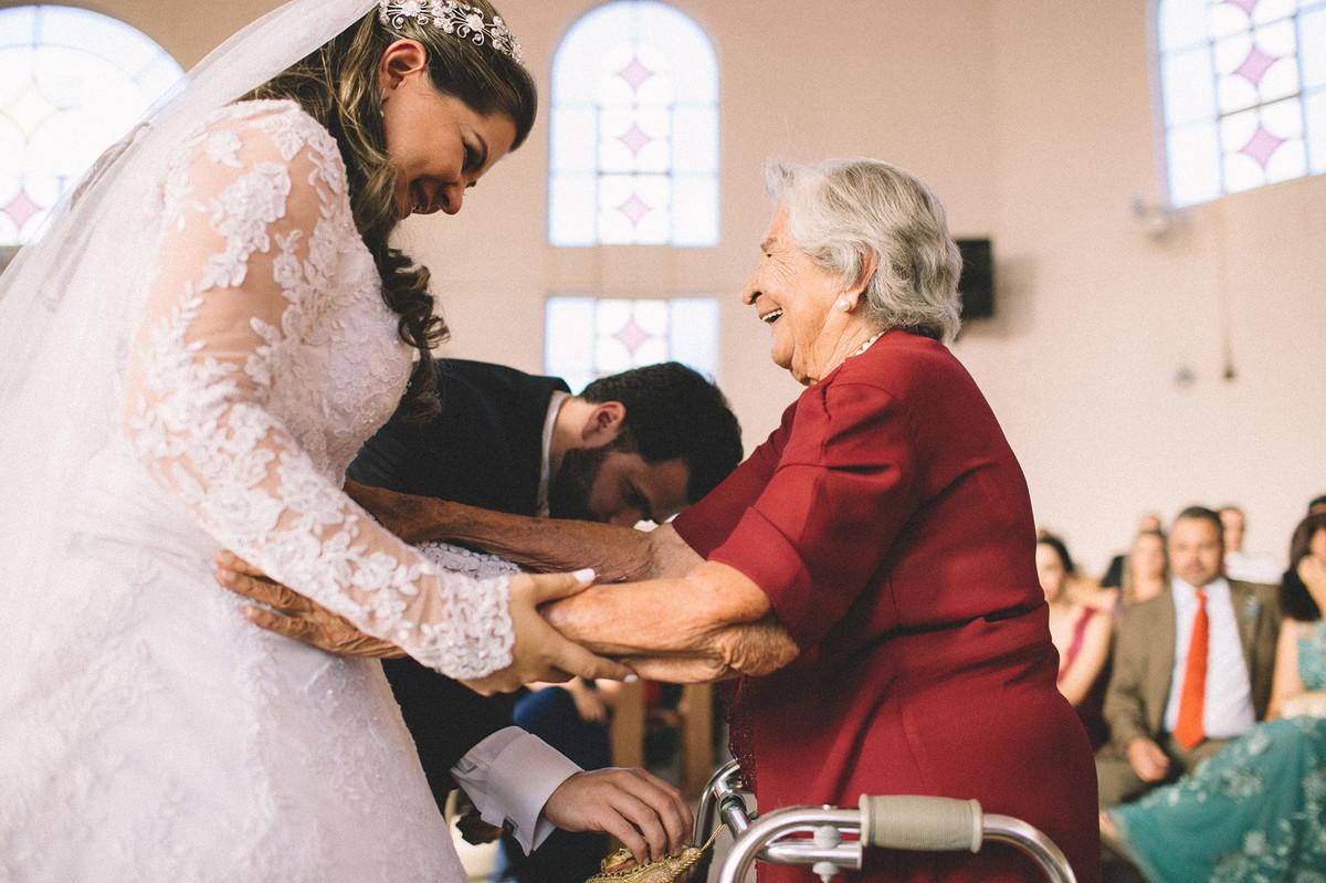 noiva cumprimentando a vó do noivo