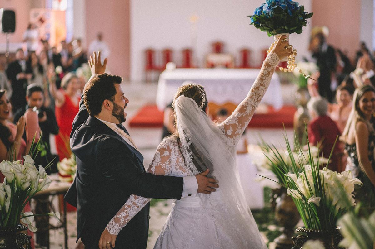 noivos comemorando o casamento  www.rafaelohana.com