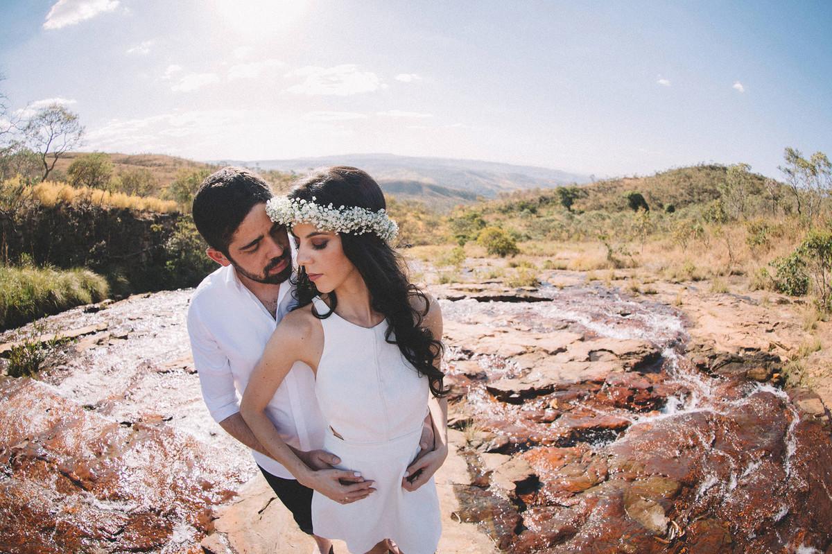 Casal se beijando no rio. Fotografado pelo fotografo de casamento Rafael Ohana em Brasilia-DF