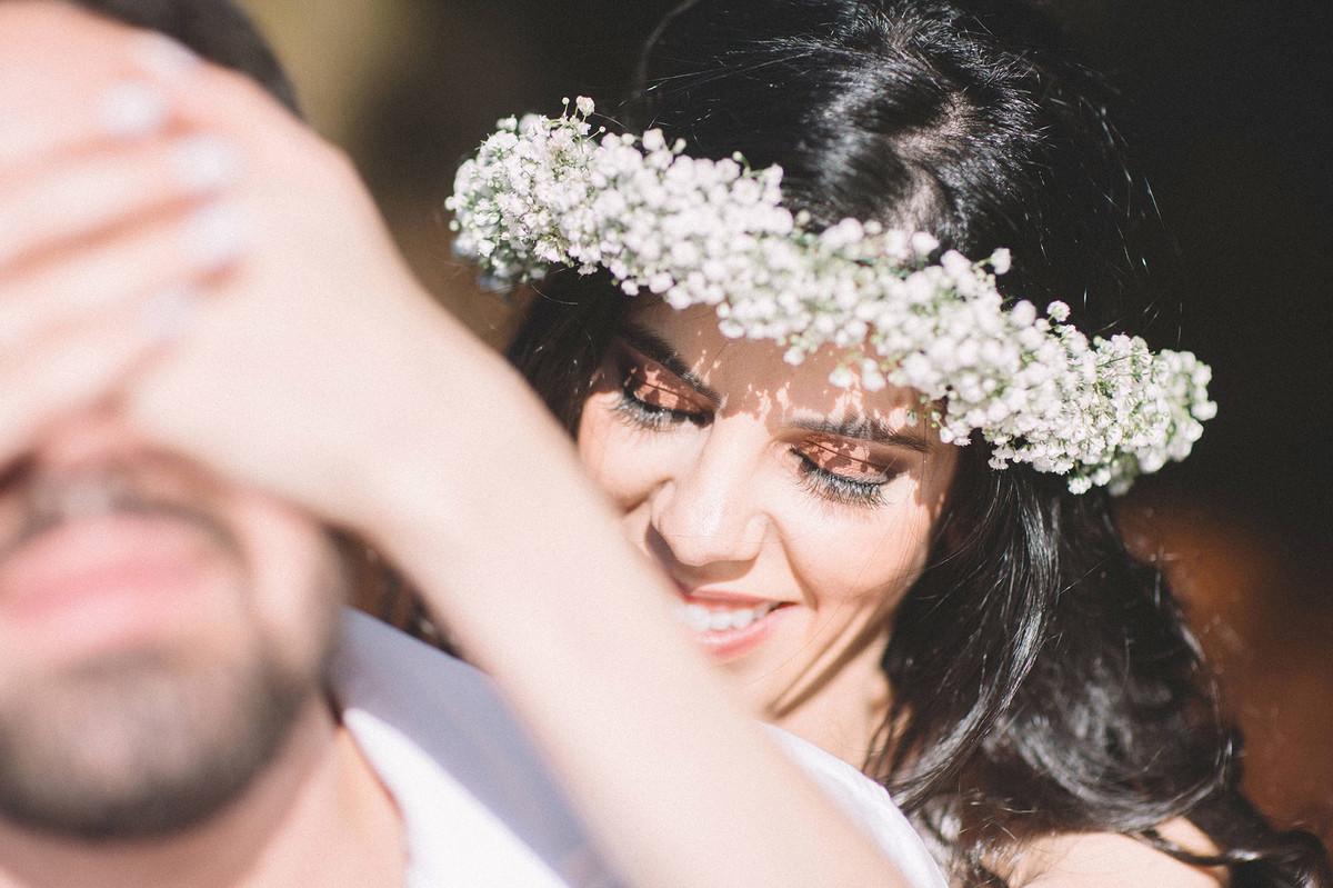 Noiva fechando os olhos do noivo. Fotografado pelo fotografo de casamento Rafael Ohana em Brasilia-DF