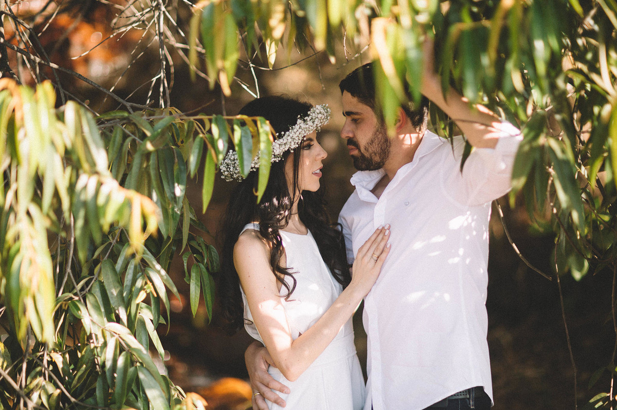 Casal debaixo da arvore. Fotografado pelo fotografo de casamento Rafael Ohana em Brasilia-DF