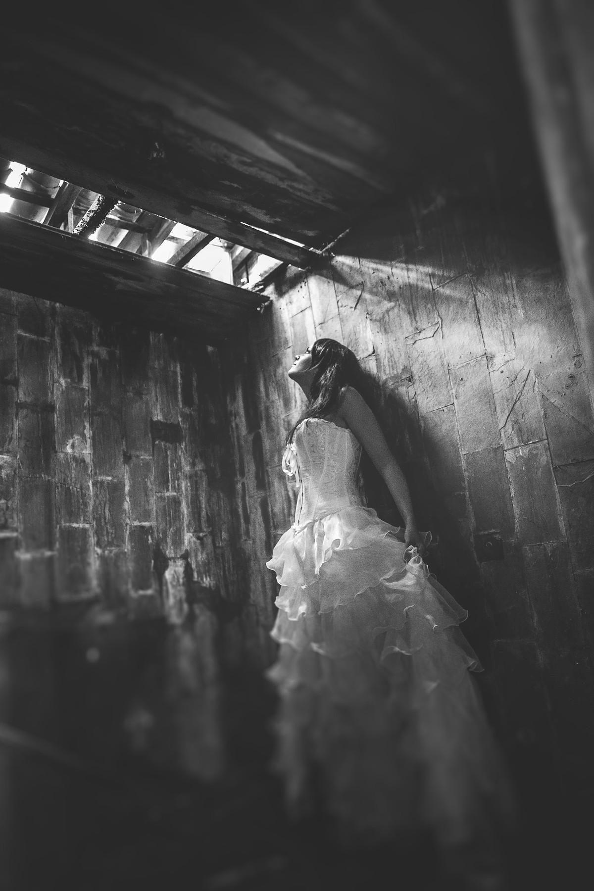 Ensaio trash the dress em uma casa abandonada feito pelo fotógrafo de casamento Rafael Ohana em Brasília-DF